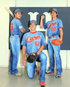 2013年限定ユニフォームを着用する丸、バリントン、前田健太